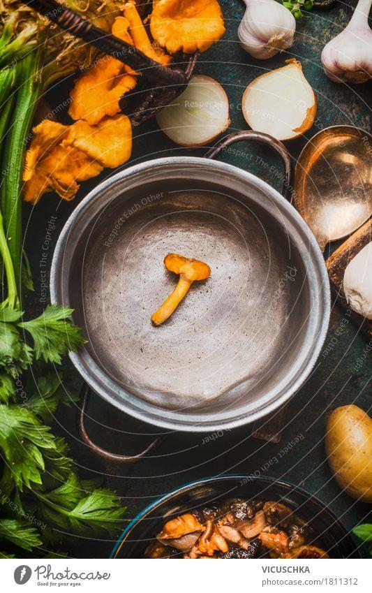 Leere Kochtopf mit Waldpilzen Gesunde Ernährung Foodfotografie gelb Stil Lebensmittel Design Tisch Kräuter & Gewürze kochen & garen Küche Gemüse Bioprodukte