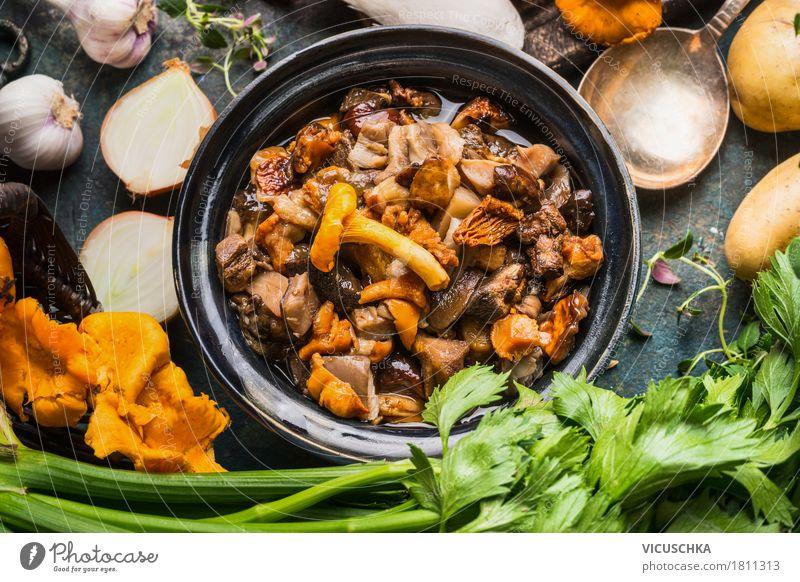 Gekochte Waldpilze Lebensmittel Gemüse Kräuter & Gewürze Öl Ernährung Mittagessen Abendessen Festessen Bioprodukte Vegetarische Ernährung Slowfood Geschirr Stil