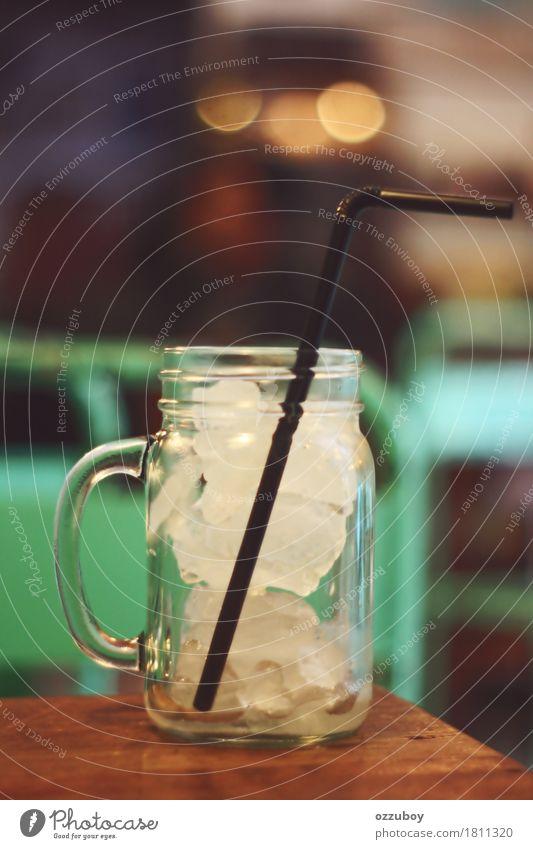 Eis im Glas Getränk Erfrischungsgetränk Tasse Trinkhalm Wasser einfach weiß Durst kalt Tisch Farbfoto Nahaufnahme Muster Menschenleer