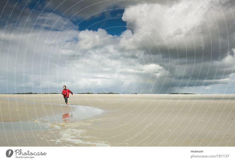 frei sein Kind Himmel Natur Jugendliche Ferien & Urlaub & Reisen Sommer Strand Wolken Ferne Erholung Herbst Leben Freiheit Junge springen Küste