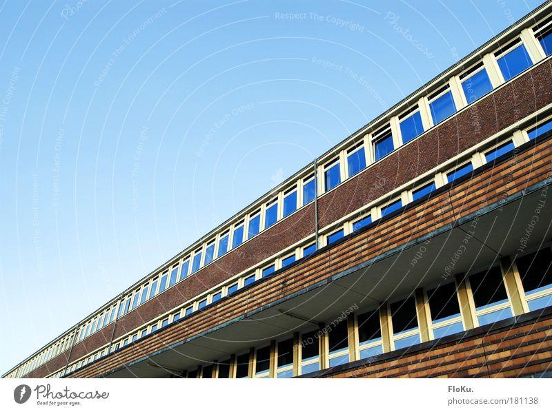 Monotone Fassade Himmel blau rot Haus Fenster Wand Architektur Gebäude Mauer Europa Bauwerk lang Backstein Balkon Schönes Wetter