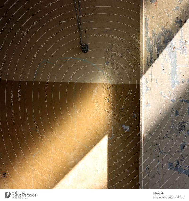 Licht und Schatten alt Haus Wand Gebäude Mauer Tür Fassade kaputt Vergänglichkeit Bauwerk Verfall Einfamilienhaus