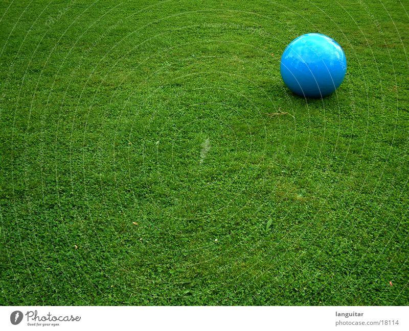 ball auf wiese blau grün Farbe Einsamkeit Wiese Spielen Freiheit Gras Freizeit & Hobby groß rund Ball Rasen Kugel steril extravagant