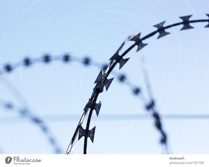 Guantanamo Farbfoto Außenaufnahme Metall kalt stachelig blau Sicherheit Schutz Rechtschaffenheit Stacheldraht Stacheldrahtzaun Justizvollzugsanstalt Zaun