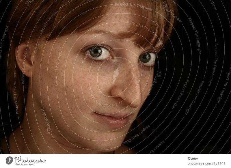 Der Blick Farbfoto Innenaufnahme Studioaufnahme Hintergrund neutral Kunstlicht Porträt Blick in die Kamera Junge Frau Jugendliche Erwachsene Kopf