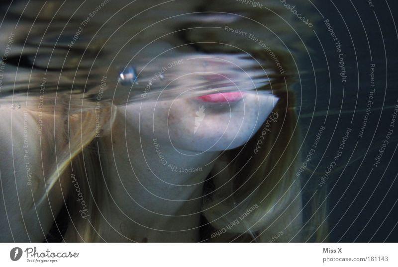 Ces säuft das Becken leer Innenaufnahme Unterwasseraufnahme Textfreiraum rechts Textfreiraum oben Kunstlicht Reflexion & Spiegelung Schwimmen & Baden