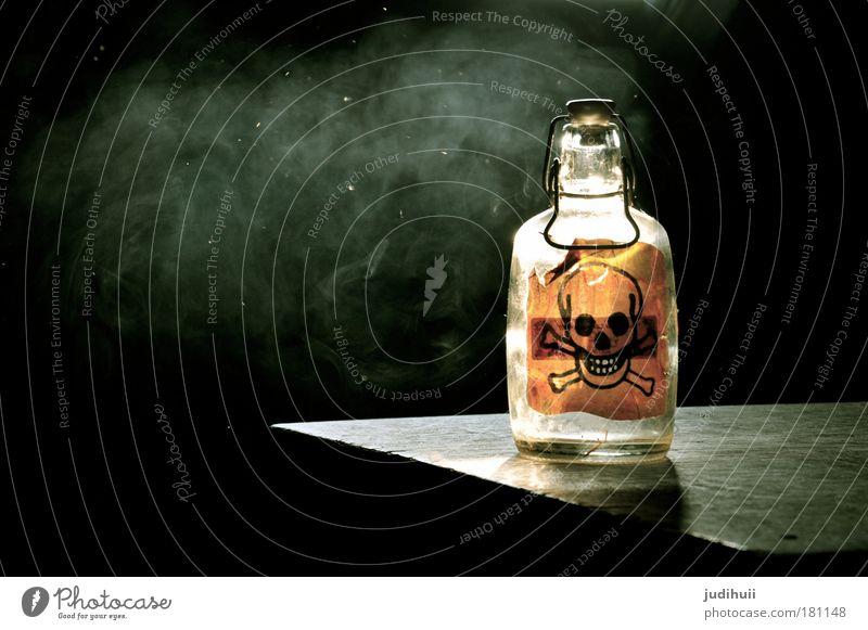 Gift or Gift? schwarz gelb dunkel Angst Glas gefährlich Getränk Hinweisschild Gesundheitswesen bedrohlich Rauchen Zeichen Schilder & Markierungen Flasche