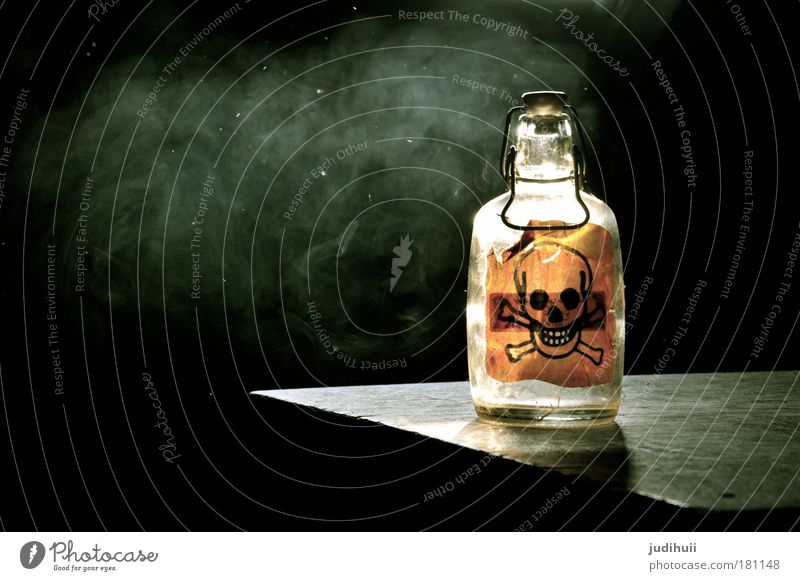 Gift or Gift? schwarz gelb dunkel Angst Glas gefährlich Getränk Hinweisschild Gesundheitswesen bedrohlich Rauchen Zeichen Schilder & Markierungen Rauch Flasche Wachsamkeit