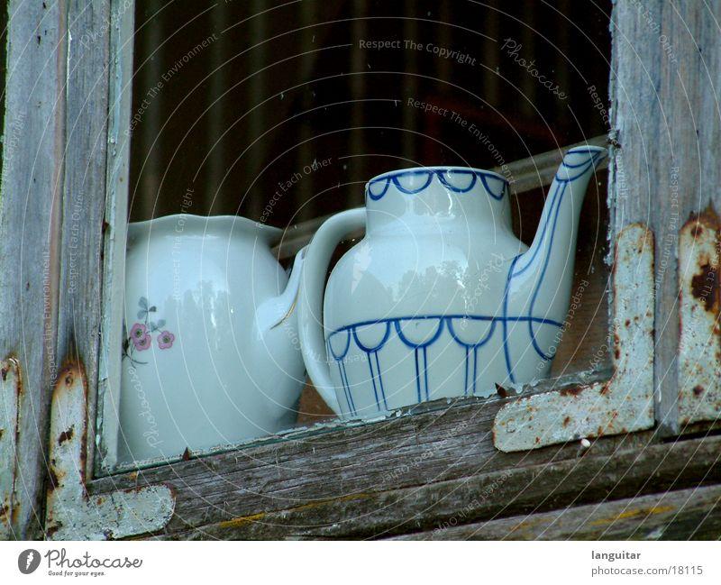 Teekanne Fenster morsch Häusliches Leben Kaffekanne alt Fensterscheibe