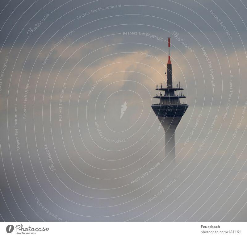 Funkturm über den Wolken? Himmel blau Architektur grau Gebäude Nebel hoch Zukunft Turm Technik & Technologie Spitze Telekommunikation Bauwerk Aussicht