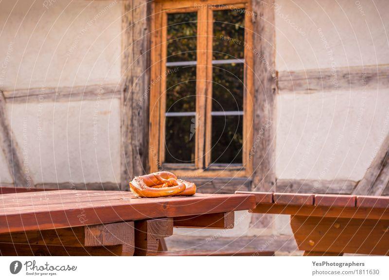 Brezel auf Tisch in einem rustikalen deutschen Dekor Brot Frühstück Design Haus Kultur Architektur Fassade Diät füttern lecker braun gold Idee Inspiration