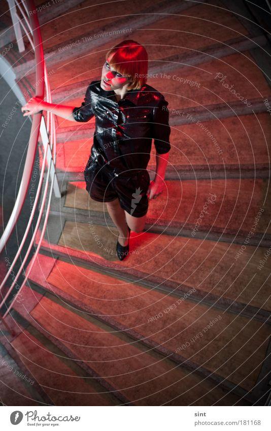 treppenhaus Farbfoto Innenaufnahme Textfreiraum unten Kunstlicht Blitzlichtaufnahme Schwache Tiefenschärfe Vogelperspektive Porträt Ganzkörperaufnahme