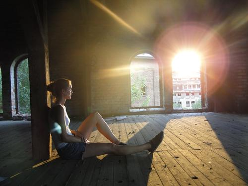 Sommerabend Mensch Ferien & Urlaub & Reisen Jugendliche Junge Frau Sonne Erholung ruhig Ferne Fenster 18-30 Jahre Erwachsene feminin Holz Denken leuchten