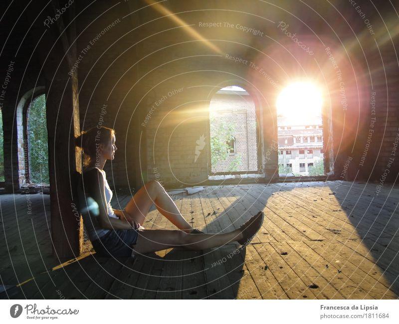 Sommerabend Wohlgefühl Zufriedenheit Abenteuer Sonne Dachboden feminin Junge Frau Jugendliche 1 Mensch 18-30 Jahre Erwachsene Industrieanlage Fabrik Ruine