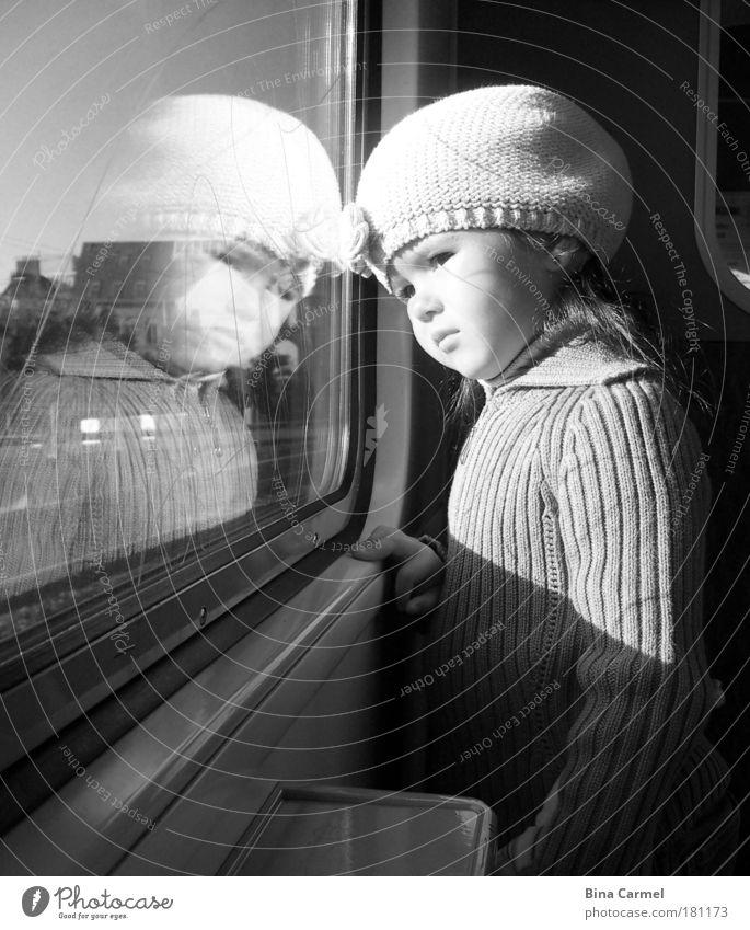 Ein Augenblick der Perle Schwarzweißfoto Innenaufnahme Tag Porträt Oberkörper Wegsehen Mädchen Kindheit 1 Mensch 3-8 Jahre S-Bahn U-Bahn Zugabteil Mütze