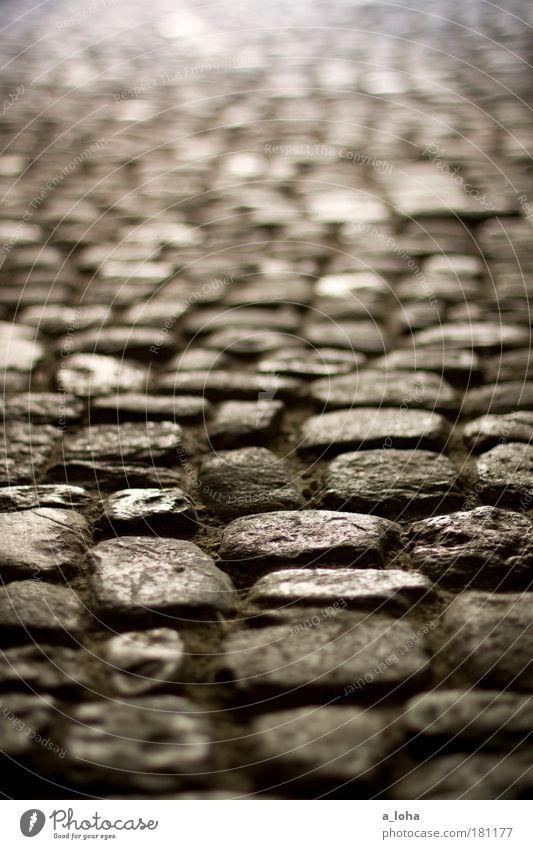 cobblestones Kunst Museum Altstadt Menschenleer Platz Stein Sand Linie alt dunkel eckig glänzend historisch Originalität rund unten grau Design einzigartig