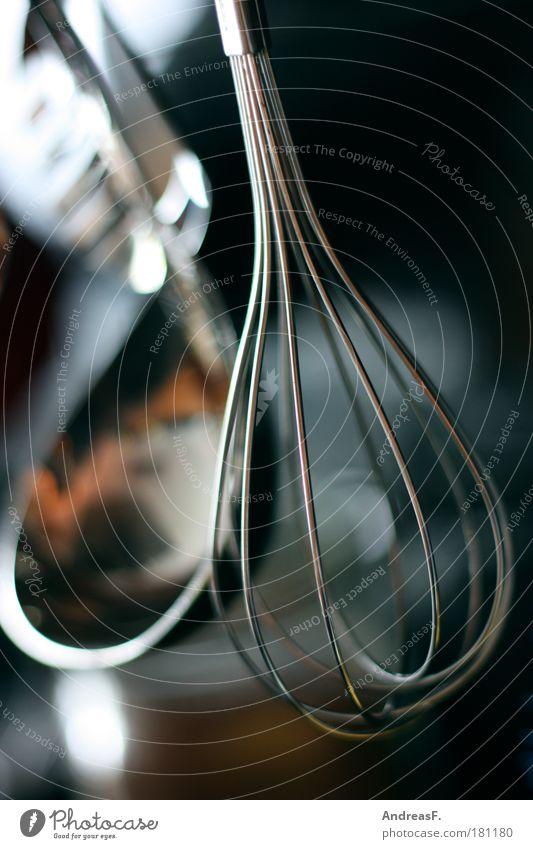 Schneebesen Farbfoto Nahaufnahme Detailaufnahme Schwache Tiefenschärfe Häusliches Leben Küche Gastronomie Kochlöffel Metall Appetit & Hunger Rührbesen
