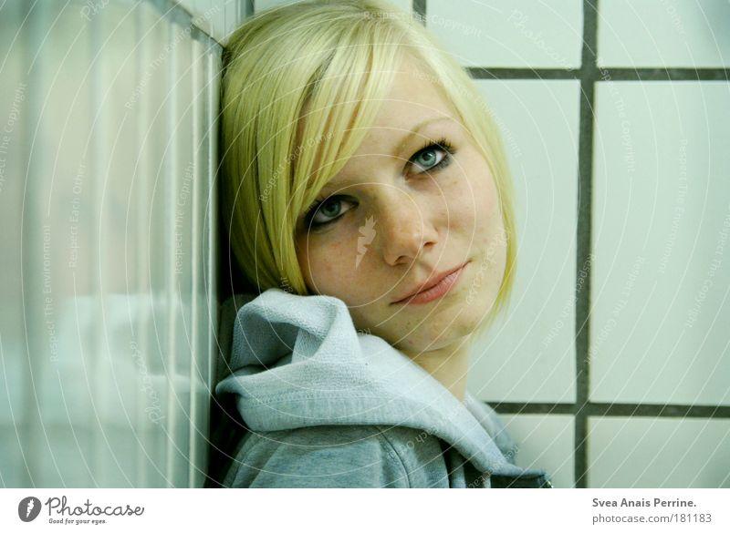 klapse Raum Bad feminin Junge Frau Jugendliche 1 Mensch Mauer Wand Jacke blond hängen Blick träumen Traurigkeit warten Ferne hell grün weiß Gefühle Coolness