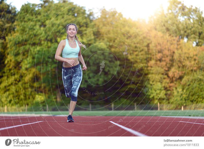 Mensch Frau Jugendliche 18-30 Jahre Gesicht Erwachsene Sport Glück Textfreiraum blond Kraft Lächeln Fitness Rennbahn üben explosiv