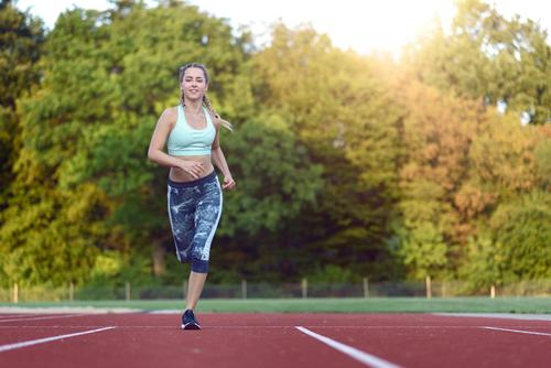 Training des weiblichen Athleten für ein Rennen Mensch Frau Jugendliche 18-30 Jahre Gesicht Erwachsene Sport Glück Textfreiraum blond Kraft Lächeln Fitness