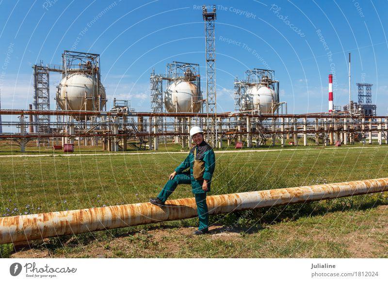 Raffineriearbeiter auf petrochemischer Fabrik Mensch Frau Pflanze Landschaft Erwachsene Umwelt Metall Technik & Technologie 45-60 Jahre Europa Energie Industrie