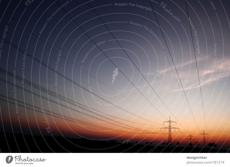 Lebensstrom Himmel dunkel Wetter Klima Energiewirtschaft Elektrizität leuchten Technik & Technologie Schönes Wetter Kontakt Verbindung Strommast Klimawandel Hochspannungsleitung Farbverlauf transferieren