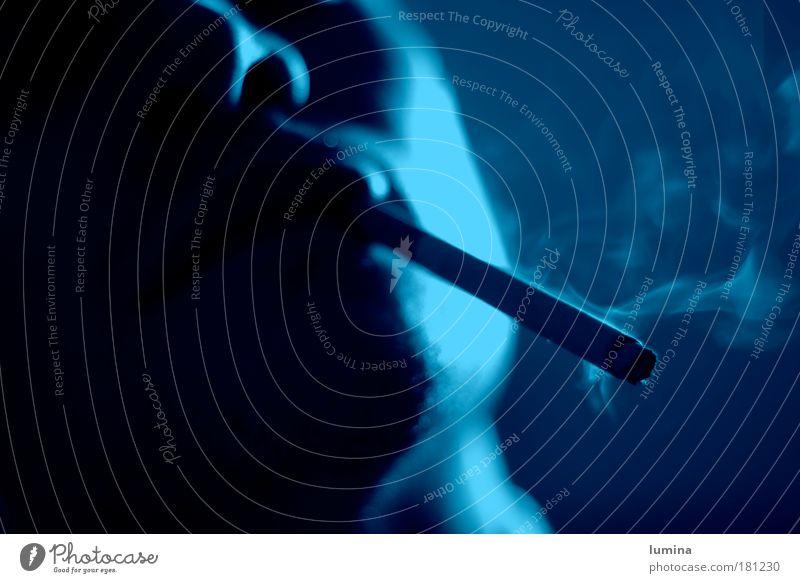 Raucher Mensch blau weiß schwarz Erwachsene Leben grau Kopf träumen Stimmung Zufriedenheit Mund Nase maskulin Coolness Kultur