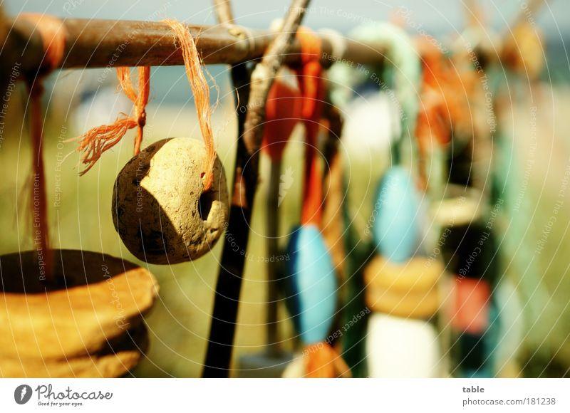 Krempel Farbfoto Nahaufnahme Detailaufnahme Menschenleer Sonnenlicht Schwache Tiefenschärfe Souvenir Stein Holz hängen schaukeln alt trashig blau braun