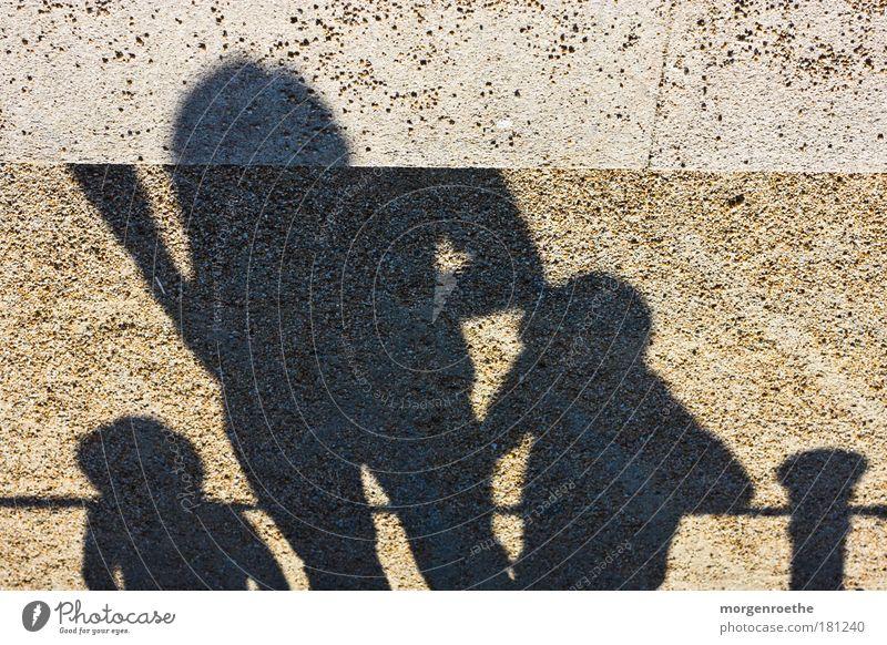 marionetten Farbfoto Außenaufnahme Experiment Tag Sonnenlicht Mensch Kind Mann Erwachsene 3 Menschengruppe Zeichen beobachten genießen Wärme braun schwarz