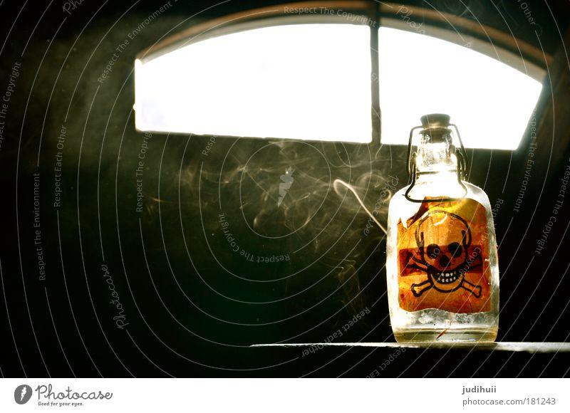 Gift or Gift? II weiß schwarz gelb Tod dunkel Lebensmittel Glas Getränk Gesundheitswesen bedrohlich Rauchen Zeichen Krankheit Risiko