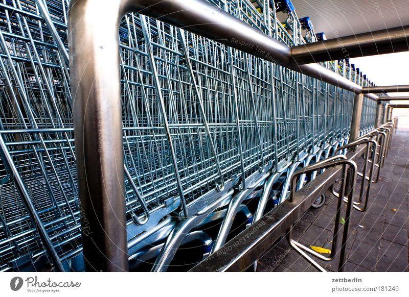 Supermarkt Einkaufswagen Einkaufskorb kaufhalle großeinkauf Parkplatz wochenendeinkauf mindestumsatz Konsum konsumgesellschaft Kaufhaus Gier geizig fantastisch