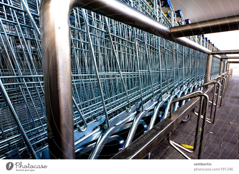 Supermarkt Markt Metall Metallwaren fantastisch Korb Stahl Parkplatz Gitter Textfreiraum Einkaufswagen Konsum Gier Ladengeschäft Edelstahl Kaufhaus