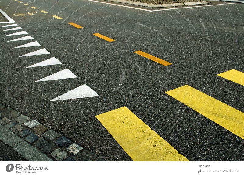 Kreuzung Stadt gelb Wege & Pfade Linie Straßenverkehr Verkehr fahren Streifen einzigartig Pfeil Stress Mobilität Verkehrswege Straßenkreuzung Wegkreuzung Fluchtpunkt