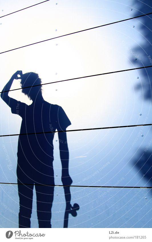SCHATTEN-SKATER I Farbfoto Außenaufnahme Textfreiraum rechts Textfreiraum oben Licht Schatten Kontrast Silhouette Sonnenlicht Oberkörper Lifestyle Freude