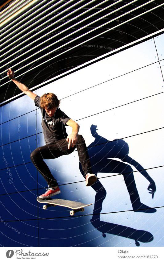 SCHATTEN-SKATER V Skateboarding Sport Aktion Wand Schatten Trick blau Silhouette sportlich Hand Arme Sonnenlicht Lichtspiel modern Architektur Punk springen