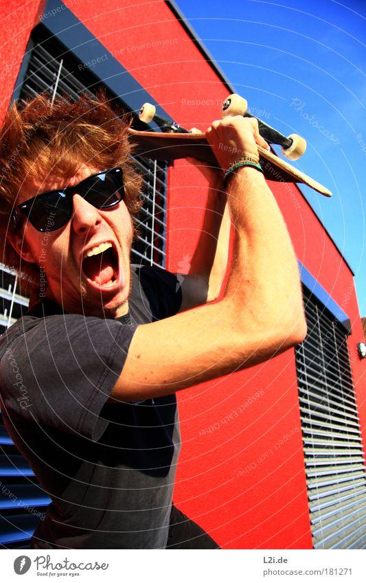 SCREAM IT OUT Skateboarding Sport Aktion Wand rot sportlich Hand Arme Kopf Sonnenlicht Lichtspiel modern Punk Sonnenbrille schlagen Aggression schreien