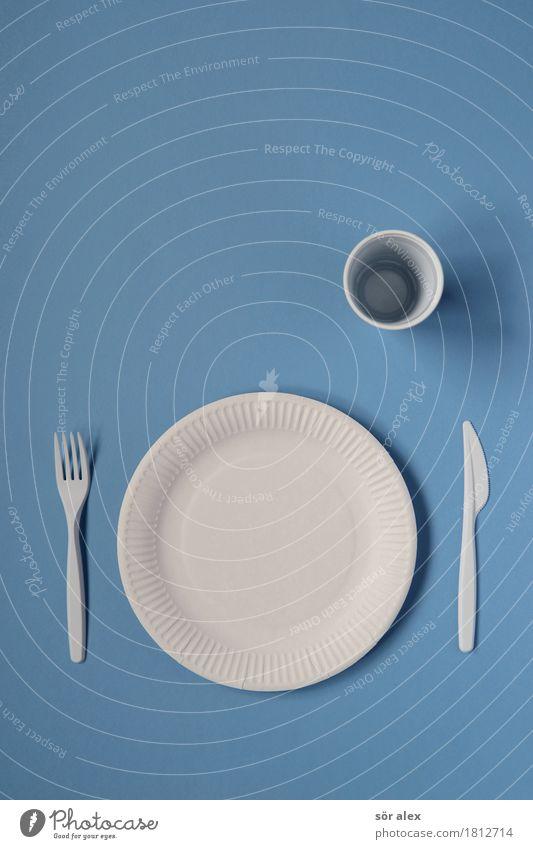 im Alleingang Ernährung Mittagessen Abendessen Geschirr Teller Becher Besteck Messer Gabel Feste & Feiern blau weiß Appetit & Hunger Einsamkeit Pappteller