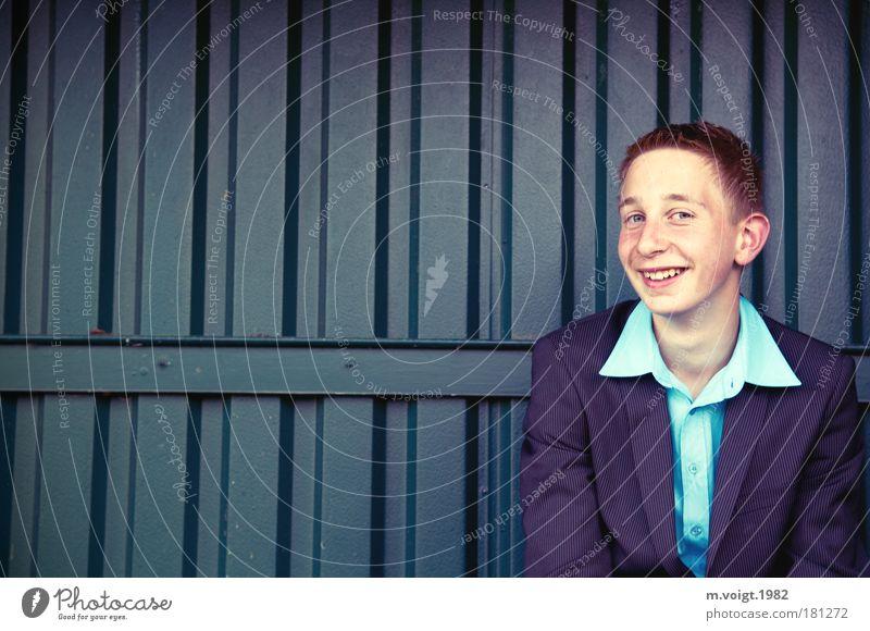 Freude Mensch Junge Glück lachen Zufriedenheit Stimmung warten Mode Porträt maskulin elegant Erfolg sitzen Fröhlichkeit