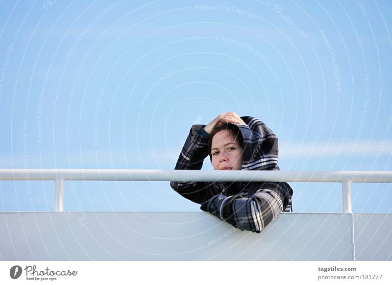 UNERHÖRT FRECH Frau Mädchen Himmel weiß blau grau Wasserfahrzeug braun Wind Kind Mensch festhalten Jacke brünett Schönes Wetter Mantel
