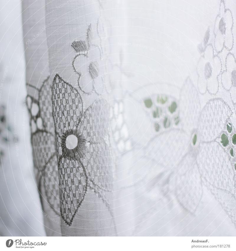 Spitze! Farbfoto Häusliches Leben Wohnung Dekoration & Verzierung Kitsch Krimskrams hell weiß Gardine Schleier Fenster altmodisch Blume blümchengardine