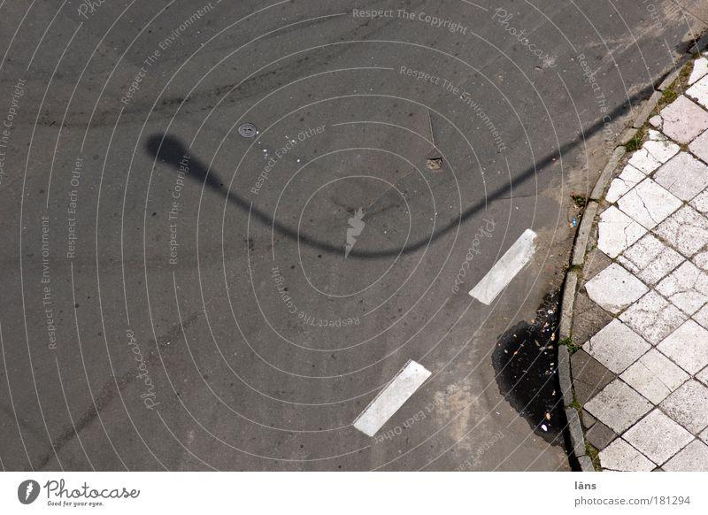 darum oder darum Straße Linie dreckig Schilder & Markierungen authentisch Streifen Laterne Fußweg Pfütze Straßenkreuzung Bogen Wegkreuzung Bodenplatten