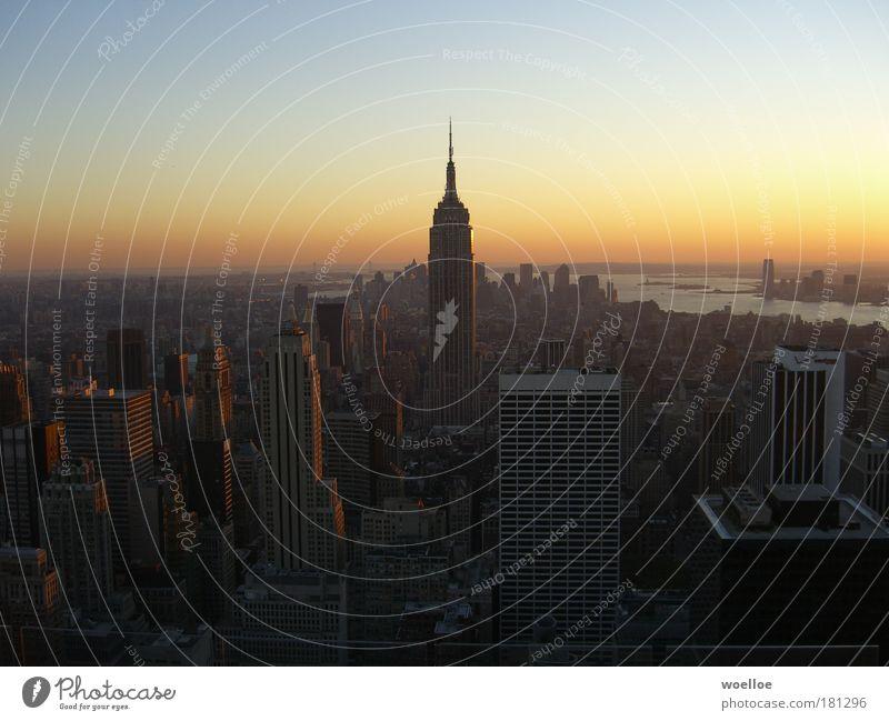Skyline von Manhattan / New York Farbfoto Außenaufnahme Luftaufnahme Menschenleer Textfreiraum links Textfreiraum rechts Textfreiraum oben Abend Dämmerung
