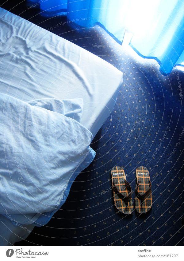 blaue phase Farbfoto Innenaufnahme Menschenleer Morgen Tag Licht Sonnenlicht Hotelzimmer Tourismus Ferien & Urlaub & Reisen Teppich Bett Bettdecke Vorhang