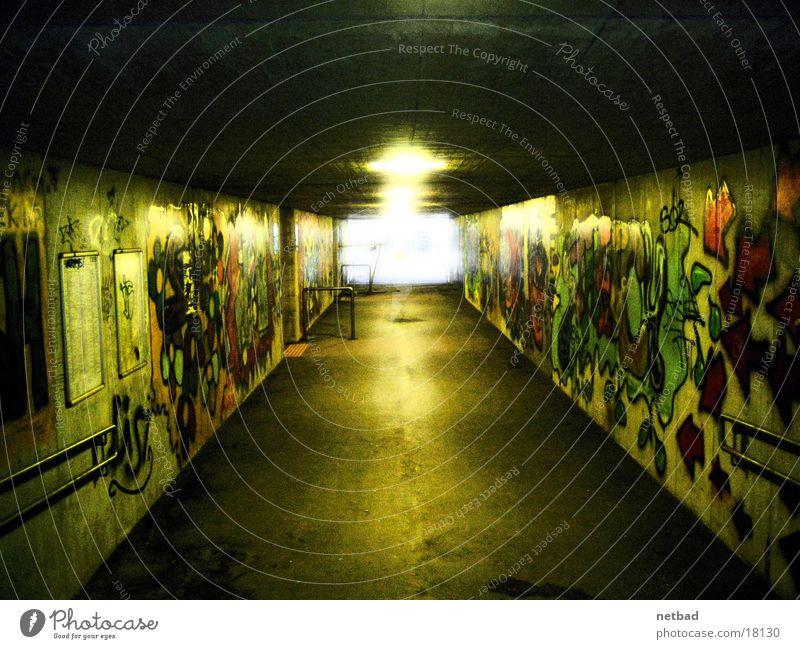 graffiti_untergrund Tagger dunkel Langzeitbelichtung Unterführung Graffiti