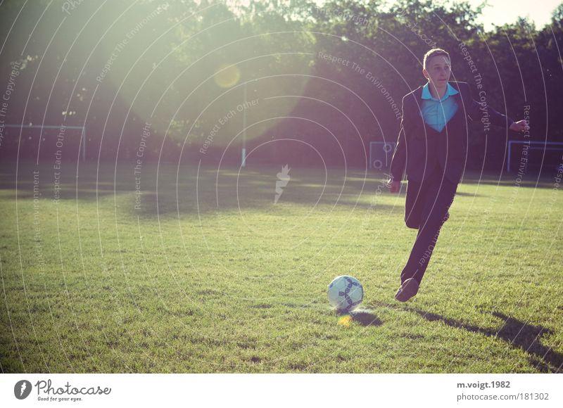 Vom Elfer, Teil I Farbfoto Außenaufnahme Textfreiraum links Licht Sonnenlicht Gegenlicht Ganzkörperaufnahme Blick nach vorn Sport Ballsport Sportler Fußball