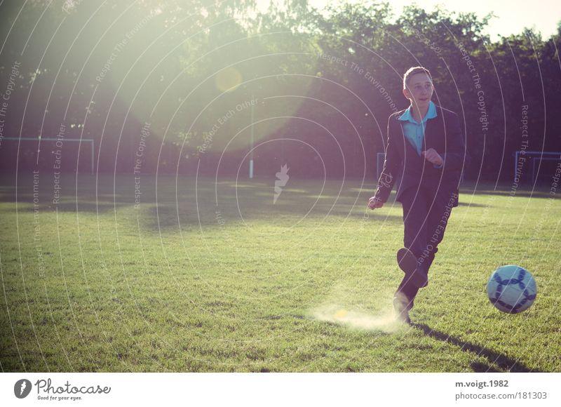 Vom Elfer, Teil II Sport Ballsport Fußball Elfmeter Sportstätten Fußballplatz maskulin Junge Jugendliche 13-18 Jahre Kind Hemd Anzug Bewegung Spielen elegant