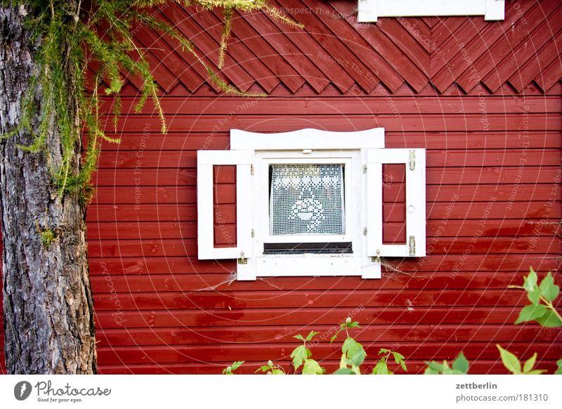Ein Fenster rot Sommer Haus Garten Luft offen Schweden Gardine Fensterbogen Fensterladen Gartenbau Lüftung Gartenhaus Schrebergarten Holzhaus