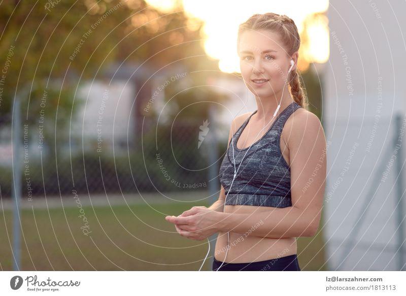 Attraktive junge Frau mit einem reizenden Lächeln Lifestyle Glück schön Gesicht Sommer Musik PDA Erwachsene 1 Mensch 18-30 Jahre Jugendliche blond Fitness hören