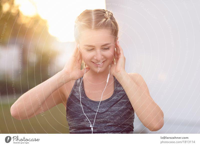 Mensch Frau Jugendliche Sommer schön 18-30 Jahre Gesicht Erwachsene Lifestyle Glück Textfreiraum blond Musik Lächeln Fitness sportlich