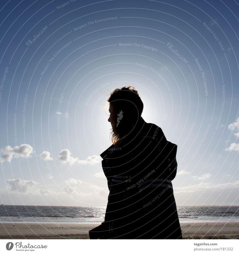 SILHOUETTE IM WIND Frau Gegenlicht Sonne Norderney Ostfriesland Sommer Silhouette Meer Nordsee Wattenmeer wandern Mantel Jacke Farbfoto Textfreiraum oben
